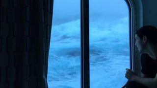 Silná búrka uprostred oceánu - výhľad z kajuty
