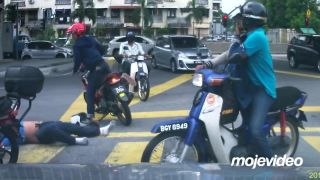 Vyzulo mu obe topánky! (Malajzia)