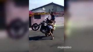 Štyria motorkári robia wheelie na jednej motorke (Brazília)
