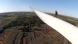 video Base jump z veternej turbíny