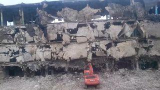 Na demoláciu budovy takmer doplatil bagrista (Rusko)