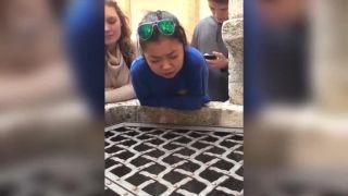Dievča zaspievalo do studne pieseň Hallelujah