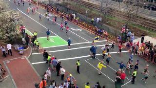 Ako prejsť ulicou počas maratónu? (Boston)