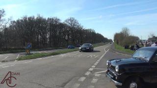 Šofér veteránu Morgan 4/4 zle odhadol rýchlosť Peugeotu