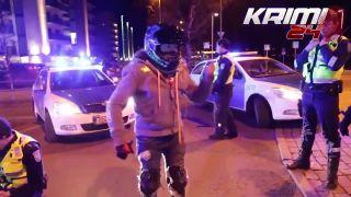 Estónski policajti sa s motorkárom nebabrali