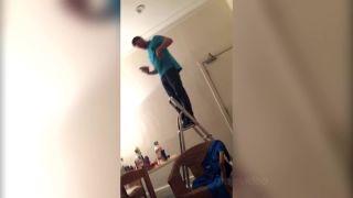 Pomôžem ti dole z rebríka!
