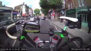 Zlodej sa pokúšal ukradnúť z nosiča drahý bicykel