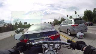 Nepozrel sa do spätného, zviezol motorkára!