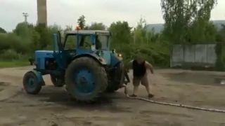 Traktor vs. AUDI (magori sa bavia na vrakovisku)