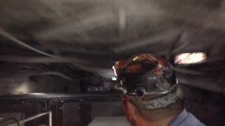 Jazda na naftovom banskom vozidle v uhoľnej bani