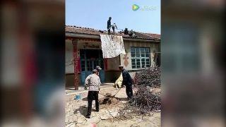 Čínsky spôsob transportu malty na strechu