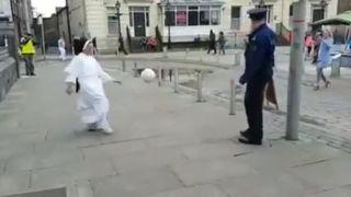 Mníška a policajt si krátia chvíľu (Írsko)