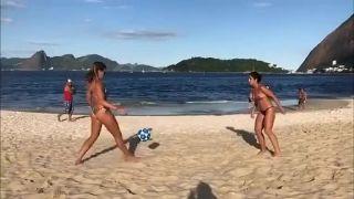 Jedine na pláži v Brazílii
