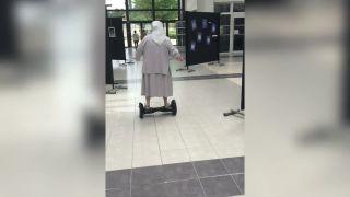 77-ročná mníška chytila na hoverboarde druhý dych!