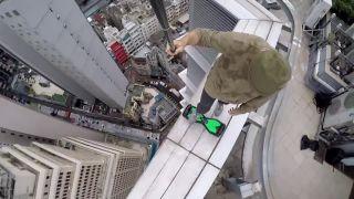 S hoverboardom na streche mrakodrapu (Hong Kong)