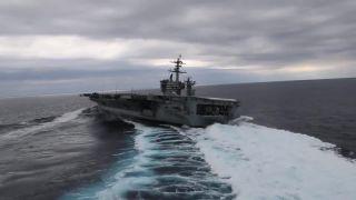 Keď driftuje lietadlová loď USS Abraham Lincoln