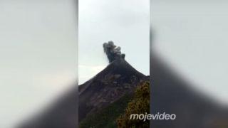 Výbuch sopky sprevádzaný bleskom (Indonézia)