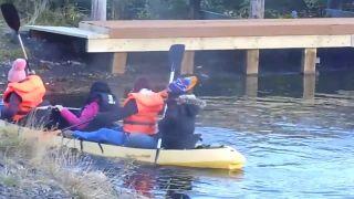 Ako si čínske turistky požičali na Islande kanoe