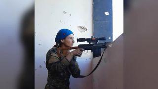 Kurdská bojovníčka môže byť rada, že je medzi živými!