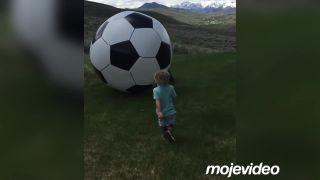 Veľká lopta, malý chlapček