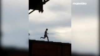 video Blázon mal pocit, že si chce zabehať po vozňoch