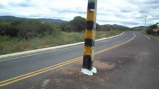 Telefónny stĺp v strede cesty (vitajte v Brazílii)