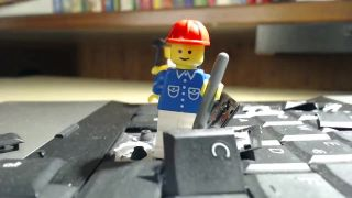 Vzbura lego panáčikov - deštrukcia notebooku
