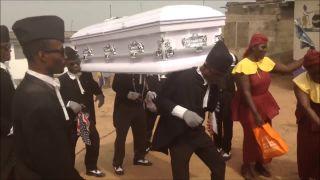 Pohrebný sprievod na ghanský spôsob