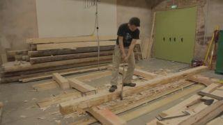 Tesár vyrába borovicový hranol tradičným spôsobom
