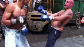 Boxerský zápas v práci ukončil tvrdý úder na pečienku