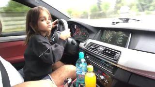 Malé dievčatko riadi BMW M5 s výkonom 700 hp