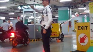 Strážnik baví návštevníkov obchodného centra (Filipíny)