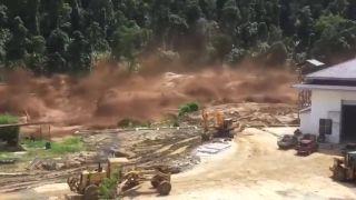 Šokujúce zábery z prietrže hrádze Nam Ao (Laos)