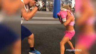 Mladá talentovaná boxerka na tréningu