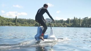 Prototyp vodného bicykla XE-1