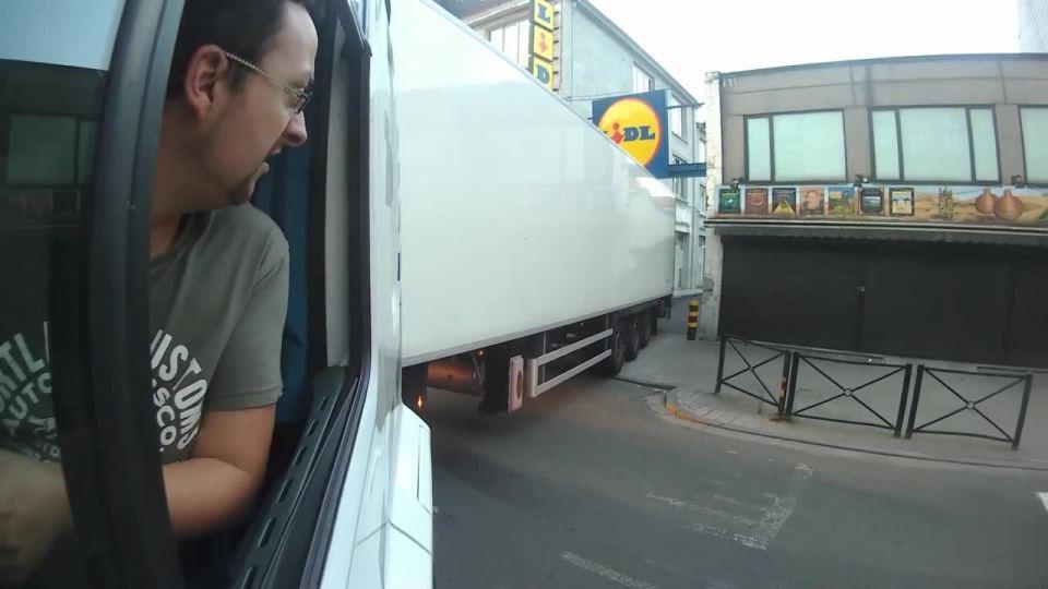 Cúvanie s kamiónom v centre Bruselu - Mojevideo